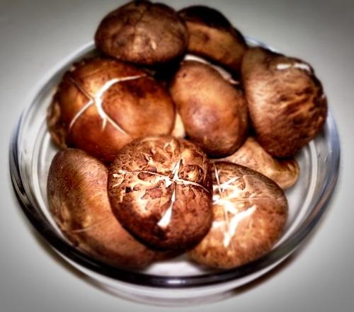 เห็ดหอม หรือ shiitake mushroom ภาพที่เห็นคือ เห็ดหอมแห้ง ที่ผ่านการตาก หรือ อบ